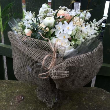 Crisp neutral bouquet in jute wrap